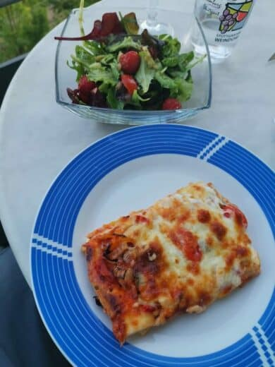 Pizza selbst belegt mit Salat