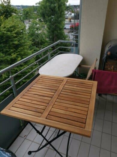 Der neue klappbare Holztisch vorne, hinten der alte, der jetzt in den Sperrmüll kommt