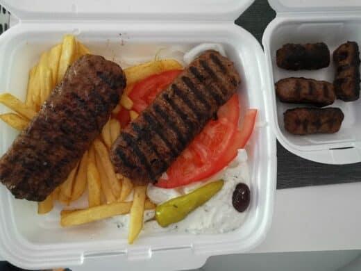 Geliefertes Bifteki mit Pommes und Tsatziki sowie Soutzoukakia
