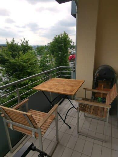 Den neuen Balkontisch aufgestellt