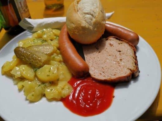 Fleischkäse vom Bratwurstbrät, Käse-Wiener, Kartoffel-Gurkensalat und ne Semmel