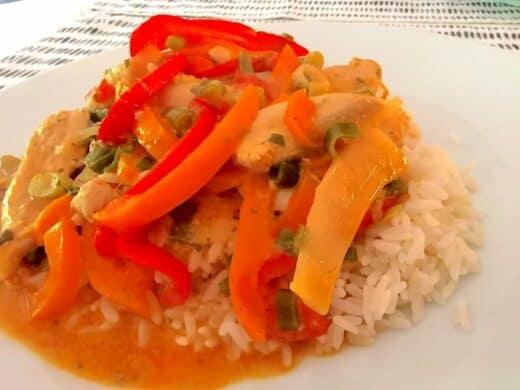 Thai Curry von Nic auf dem Teller (Reis, Paprika rot und orange, Frühlingszwiebeln, Hühnchen)