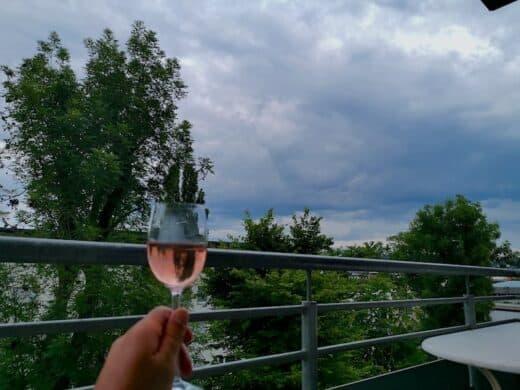 Ein Weinchen und ein beeindruckender Wolkenhimmel am Mittwochabend