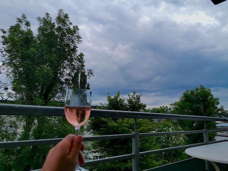 Ein Weinchen und ein beeindruckener Wolkenhimmel am Mittwochabend