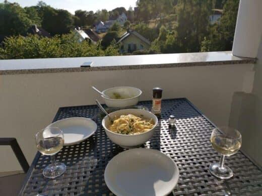 Pasta mit Lachs auf dem Balkon der Ferienwohnung