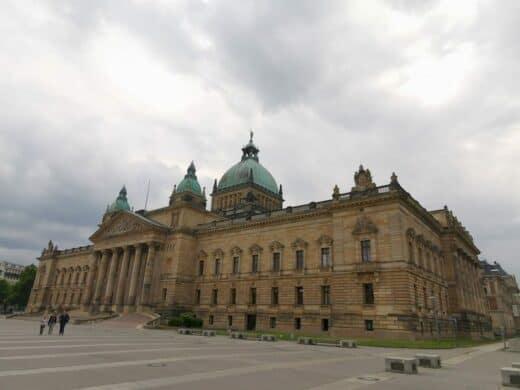 Das ist übrigens das Bundesverwaltunsgericht in Leipzig, falls ihr das noch nicht gesehen habt..