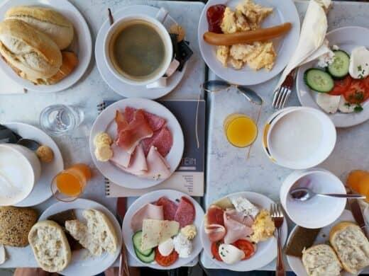 Unser Tisch im Stein Cafe Leipzig, nachdem wir alle am Buffet waren