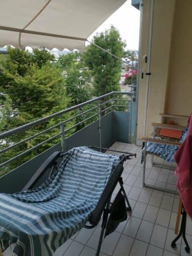 Balkon mit Liegestuhl und Markise
