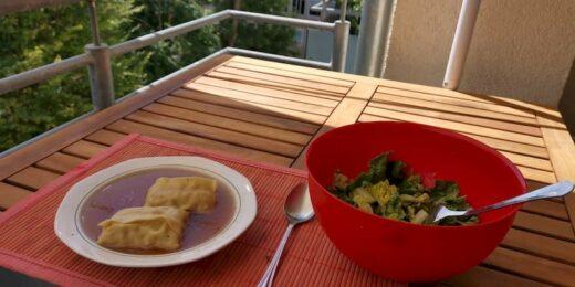Maultaschen in der Brühe am Mittwochmittag mit Salat