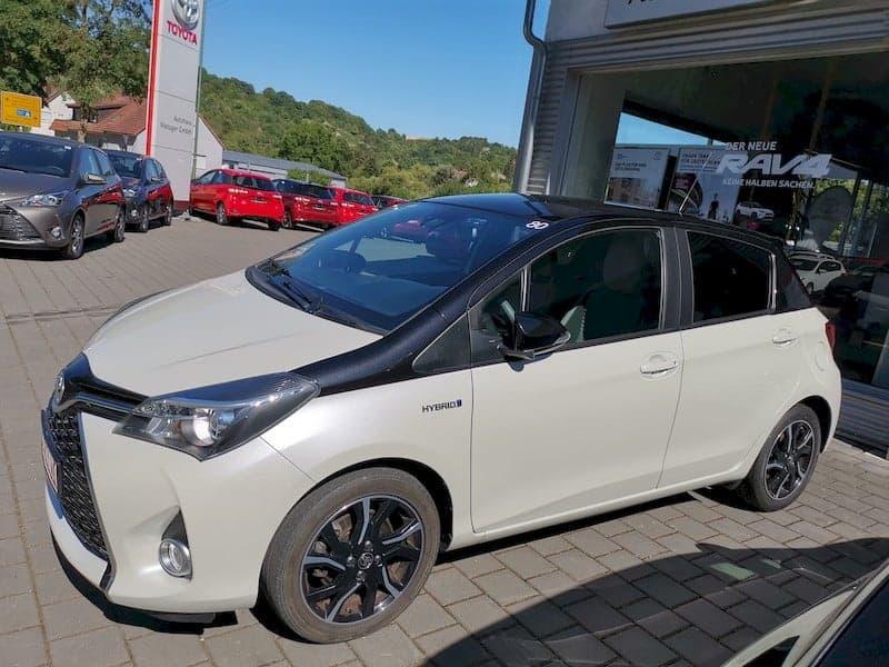 Mein neuer Toyota Yaris hybrid vor dem Autohaus