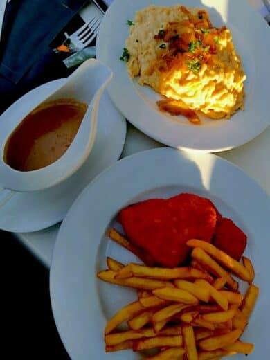 Schnitzel mit Pommes und eine geteilte Portion leckere Kässpätzle im Treffpunkt am See