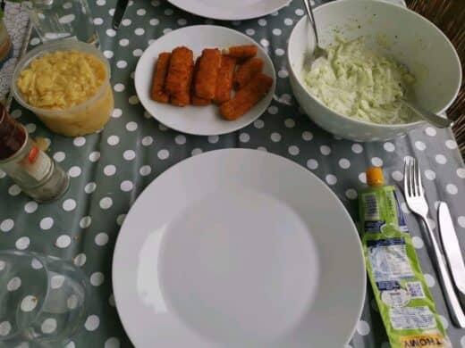 Fischstäbchen mit Kartoffelsalat und Gurkensalat