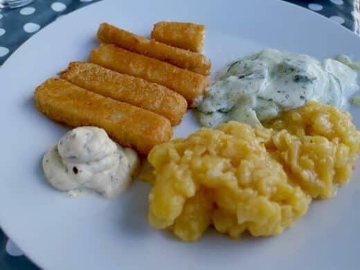 Fischstäbchen mit Kartoffelsalat, Gurkensalat und Remoulade