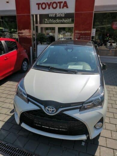 Toyota Yaris hybrid, Creme mit schwarz, noch ohne Kennzeichen