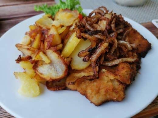 Münchner Schnitzel mit Bratkartoffeln und Röstzwiebeln im Kondrauer Hof