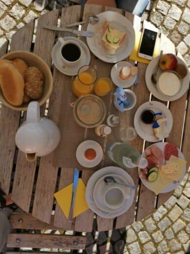 Unsere Frühstücksauswahl im Kondrauer Hof: Ei, Wurst, Käse, Semmeln, Marmelade, Wasser, O-Saft...