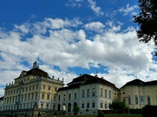 Das Residenzschloss in Ludwigsburg schräg von hinten