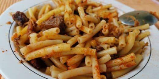 Maccheroni mit Dosenrindfleisch und viel Paprika