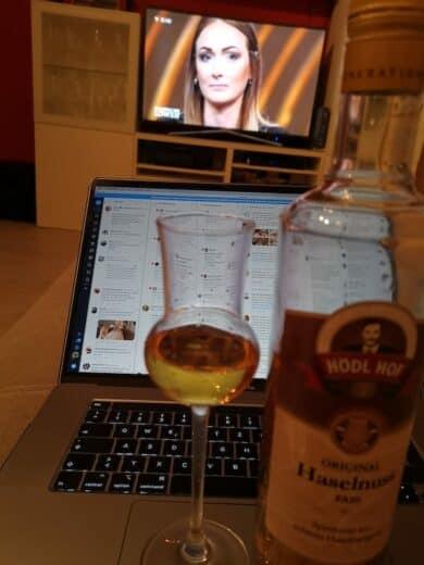 Fernseher, MacBook mit Tweetdeck und Schnaps