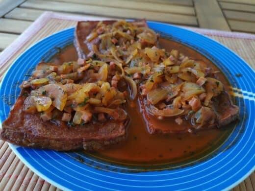 Fleischkäse mit Zwiebel-Speck-Sosse