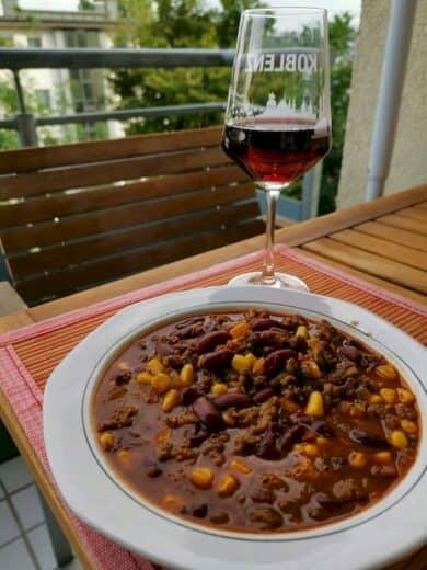 Das fertige Chili auf dem Balkon, dazu ein Glas Rotwein, den ich extra holen musste