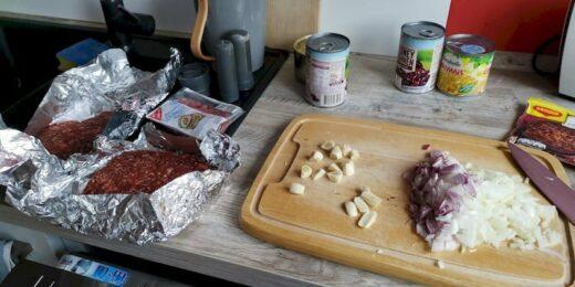Die Zutaten für mein Chili: rinderhack, Knoblauch, Zwiebeln, Mais und rote Bohnen