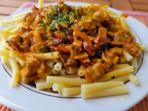 Das fertige Gericht: Maccaroni mit einer Currysosse mit Wurstresten, Zwiebeln und mehr