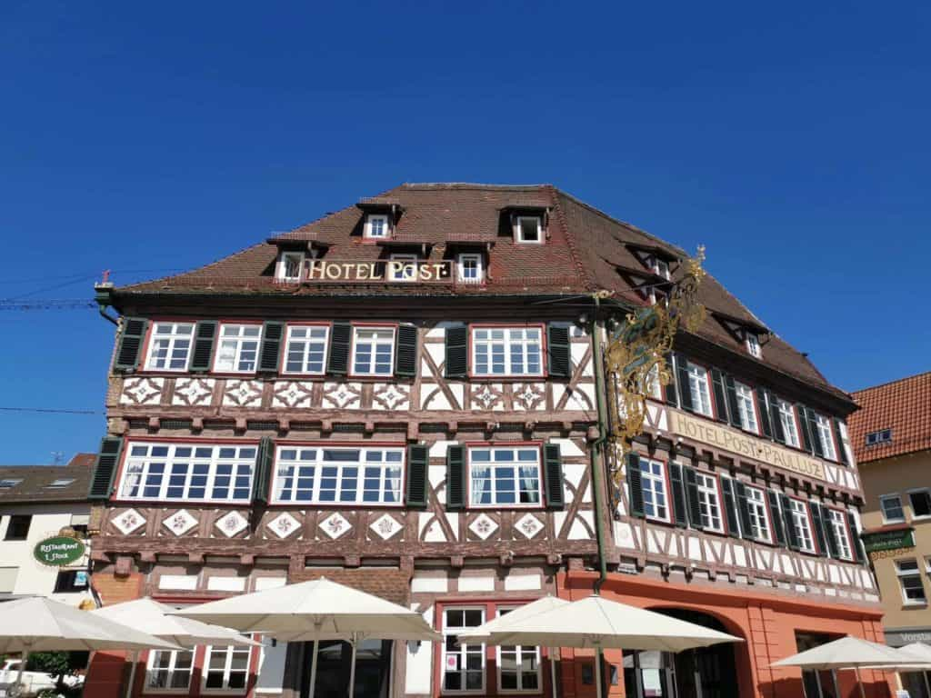 Eines der wunderschönen Fachwerkhäuser in Nagold (Hotel Post)