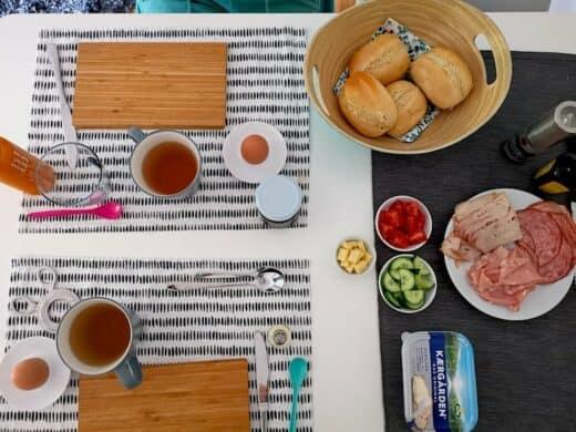 Spätstück mit Brötchen, Ei, Wurst, Käse, Tomaten und Gurke