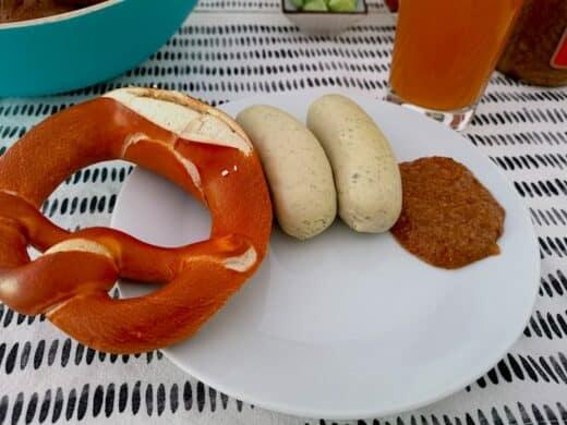 Weisswurstfrühstück mit Brezel, süßen Senf und Hefeweizen