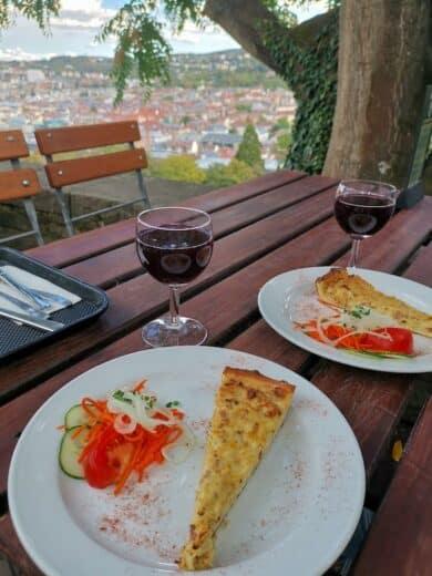 Neuer Wein und Zwiebelkuchen im Tschechen & Söhne auf der Karlshöhe