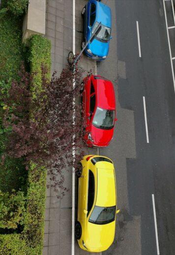 Geld, rot und blaues Auto hintereinander - dabei herrscht hier sonst eindeutig schwarz vor