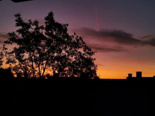 Sonnenaufgang durch das Schlafzimmerfenster fotografiert