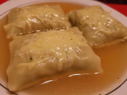 Maultaschen in der Brühe mit Käse