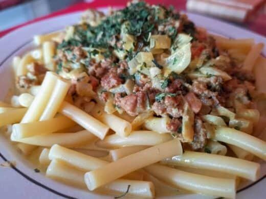 Leckeres Essen: Maccaroni mit einer Hack-Sahne-Zwiebel-Koriander-Curry-Sauce