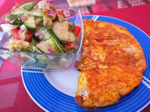 Käseomelette mit Salat