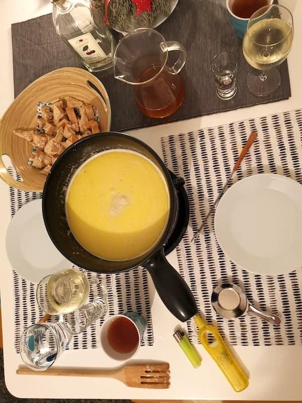 Käsefondue mit Appenzeller, Greyerzer und Emmentaler