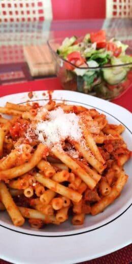 Maccaroni mit der restlichen Sosse von Anfang der Woche und Salat!