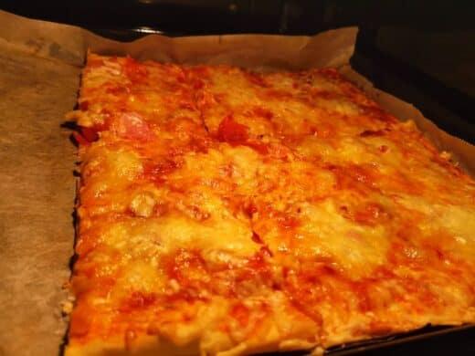 Selbst belegte Pizza mit ordentlich Käse
