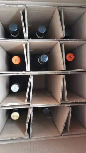 Ein Paket mit südafrikanischen Weinen und drei aus Rheinhessen