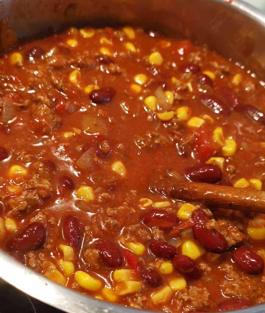 Ein großer Topf voll Chili con Carne
