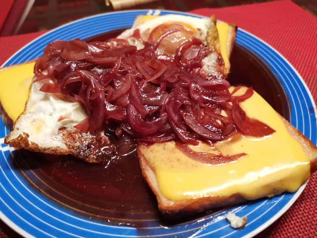 Fleischkäse mit Käse, Ei und Zwiebeln