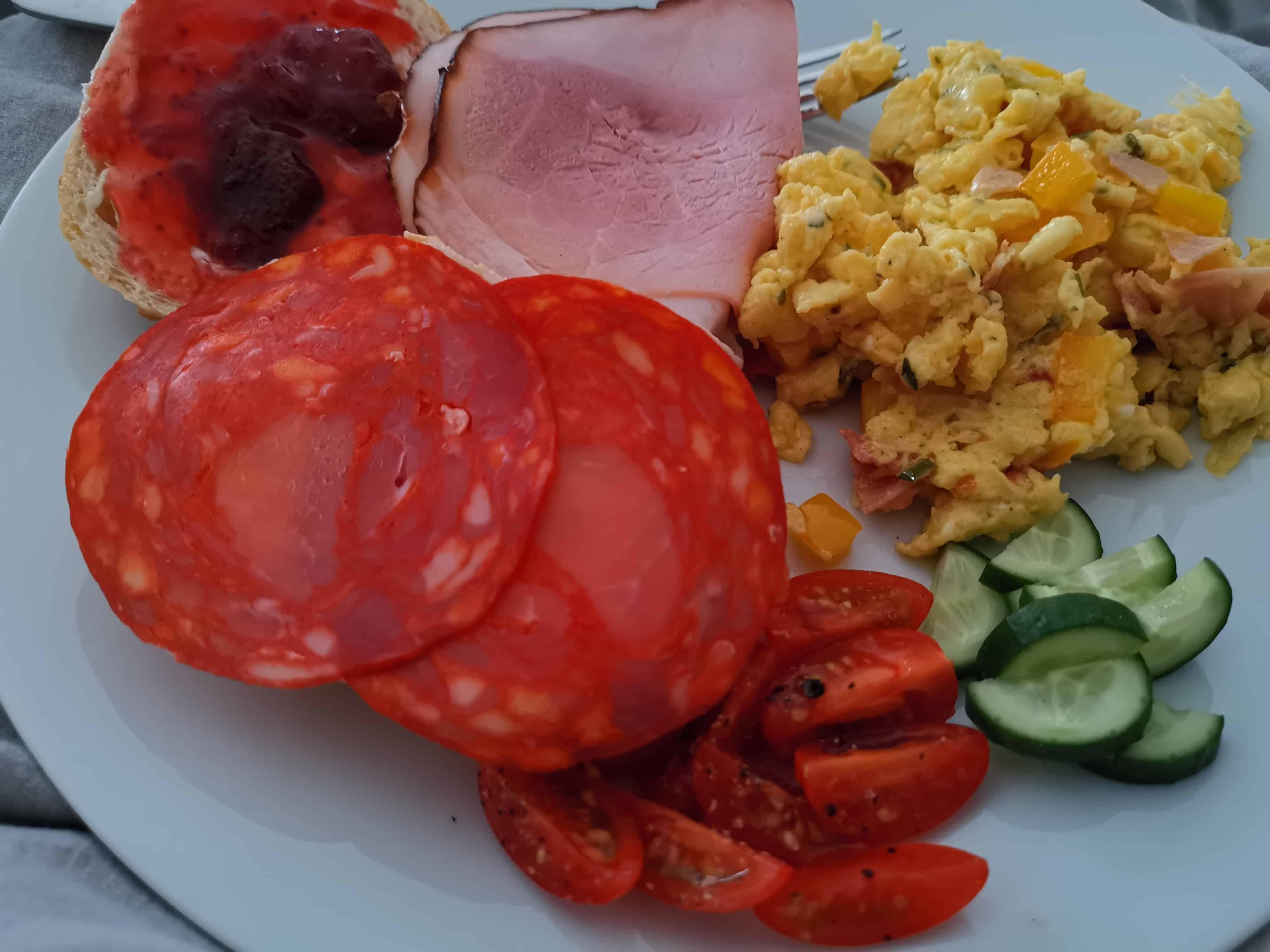 Neujahrsfrühstück im Bett: Rührei mit Resten vom Raclette und Brötchen mit Wurst und Marmelade