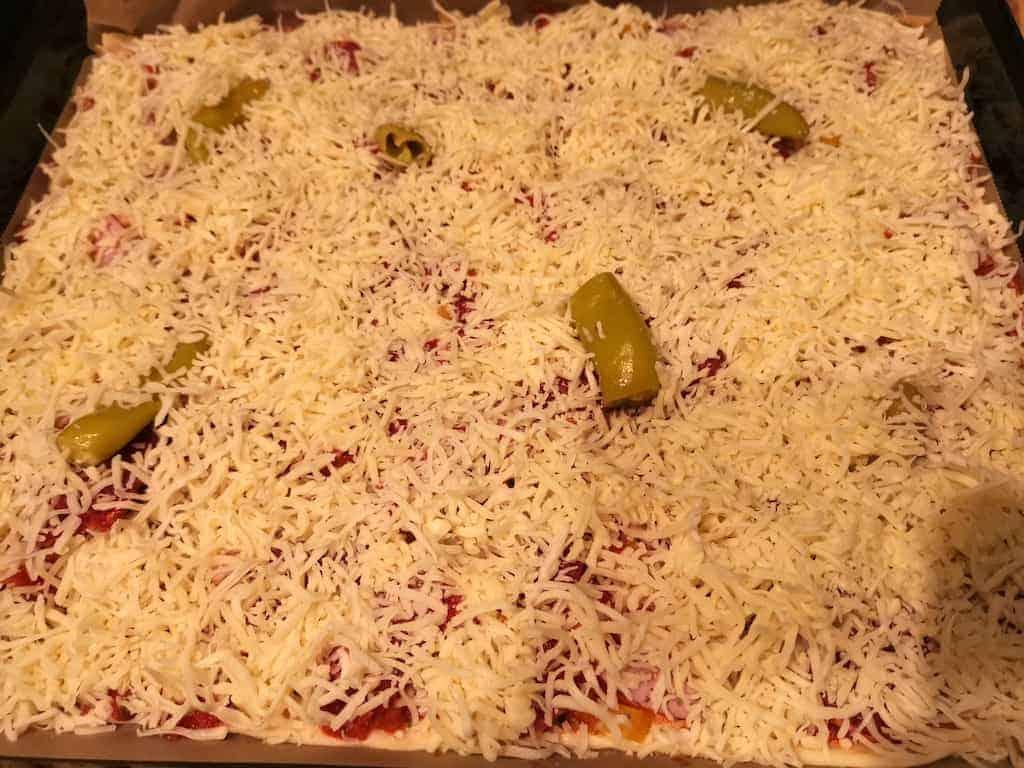 Vorher: Frisch belegte Pizza vor dem Ofen
