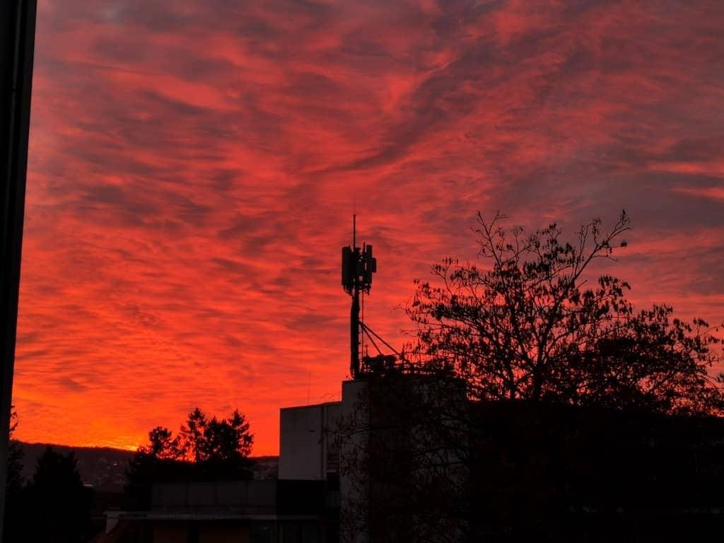 Krasser Sonnenuntergang aus meinem Homeoffice Fenster