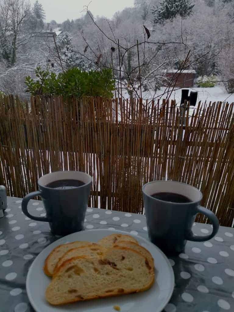 Hefezopf und Glühwein auf dem Balkon in Winterwonderworld