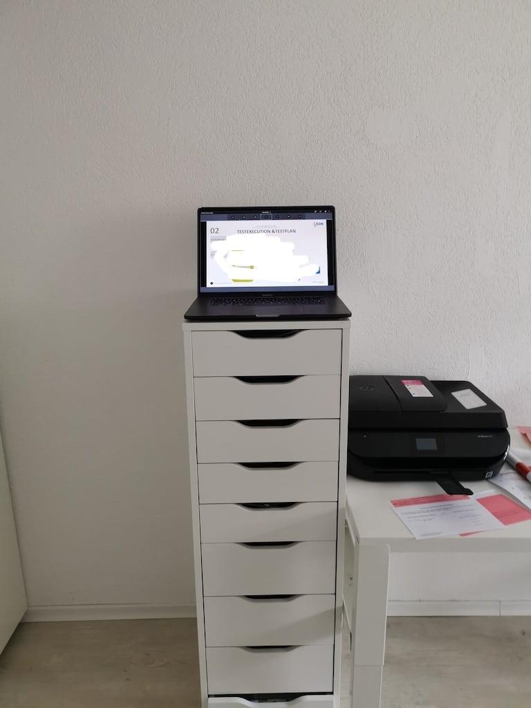 Statt Stehschreibtisch ein Schubladenschrank von Ikea und das MacBook Pro drauf abgestellt