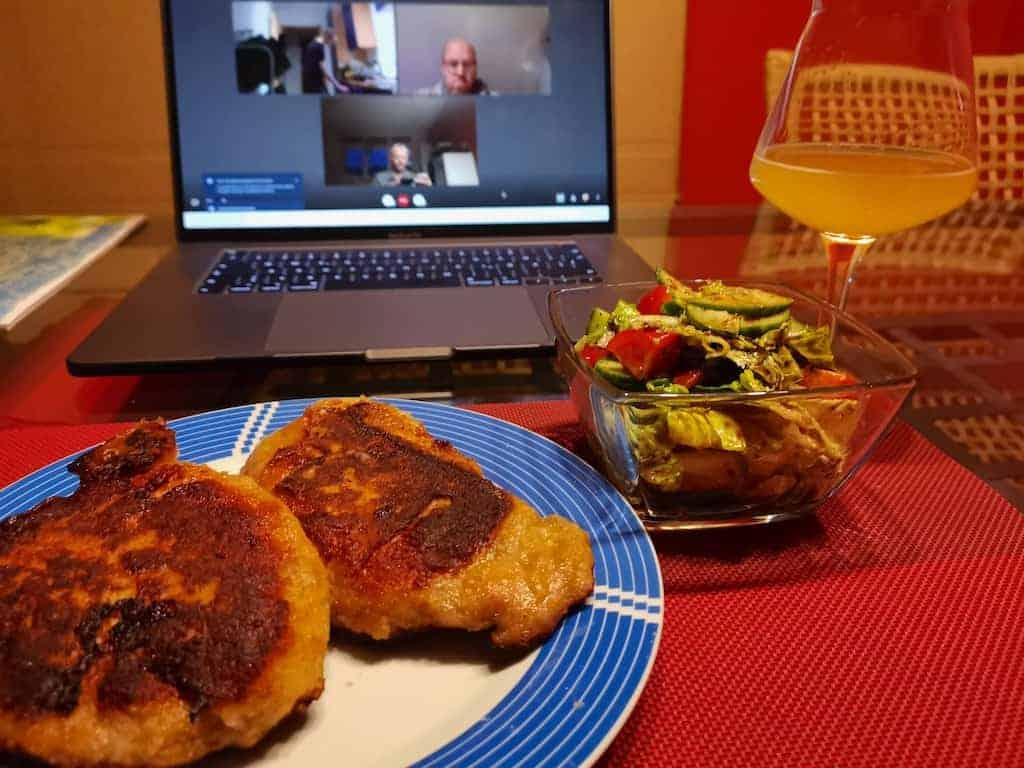Cordon Bleu mit Salat und dahinter das Notebook