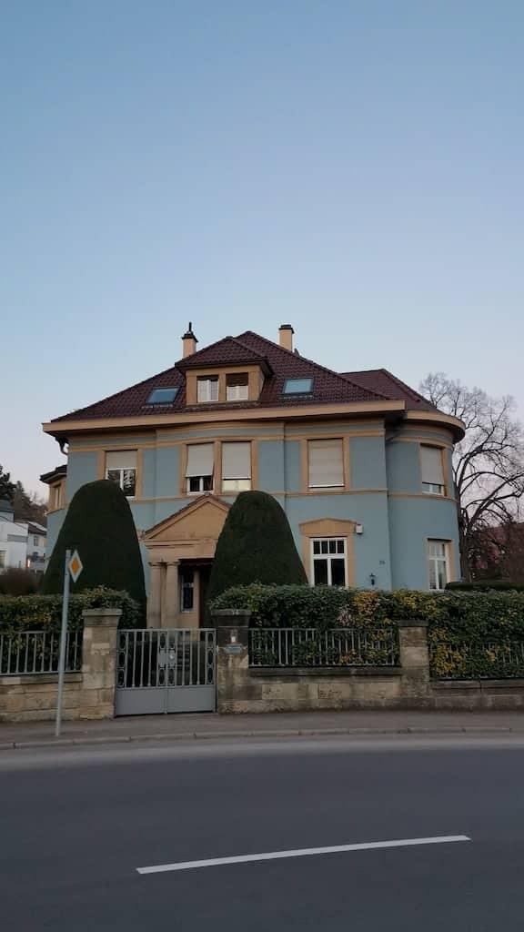 In der 180 Grad Kurve in der Lenzhalde steht dieses schöne blaue Haus