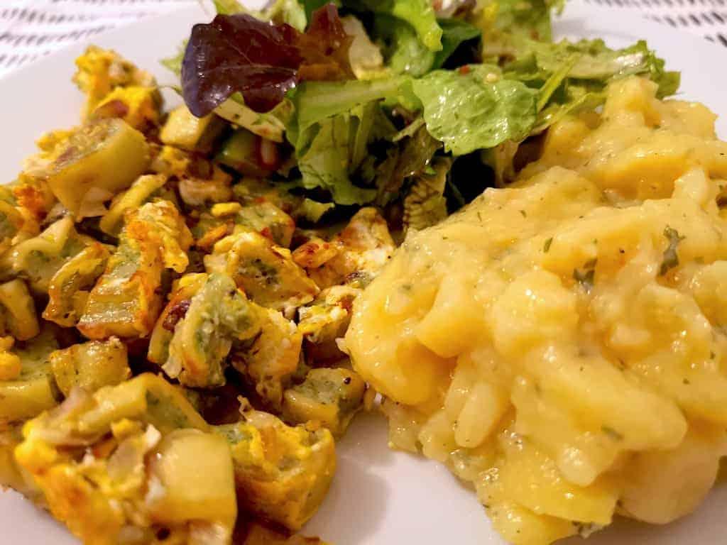 Maultaschen mit Kartoffelsalat und grünen Salat